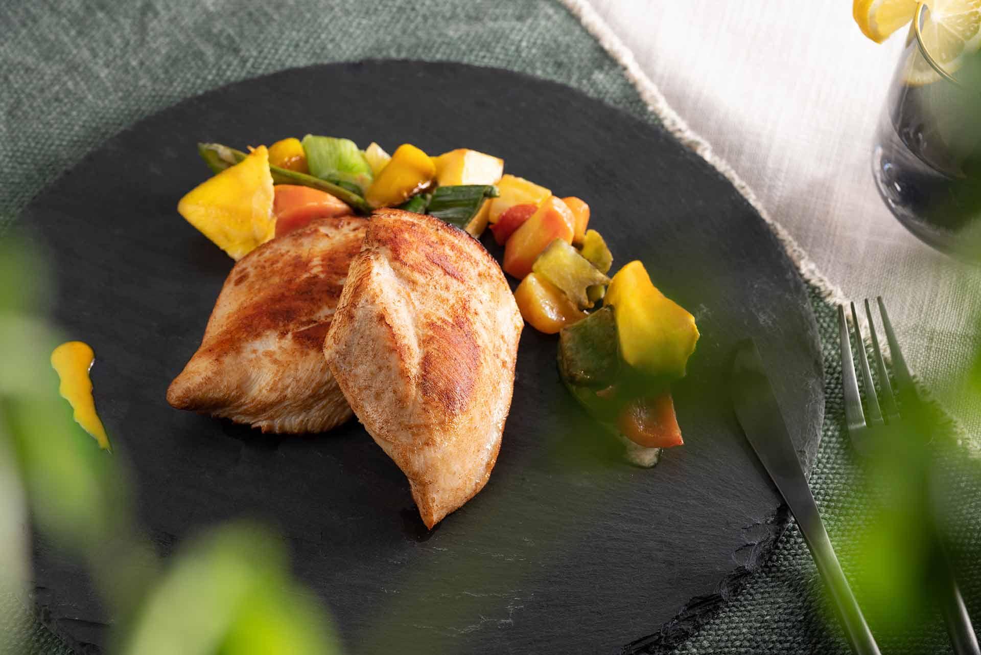 Hähnchenbrustfilets, gebraten, mit Beilage serviert